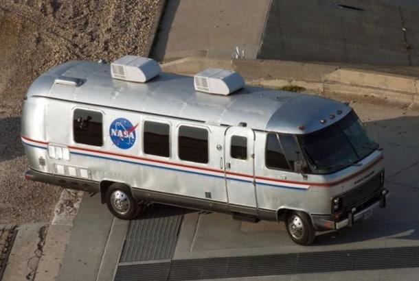 Астронавтов к ракетам будет доставлять Tesla