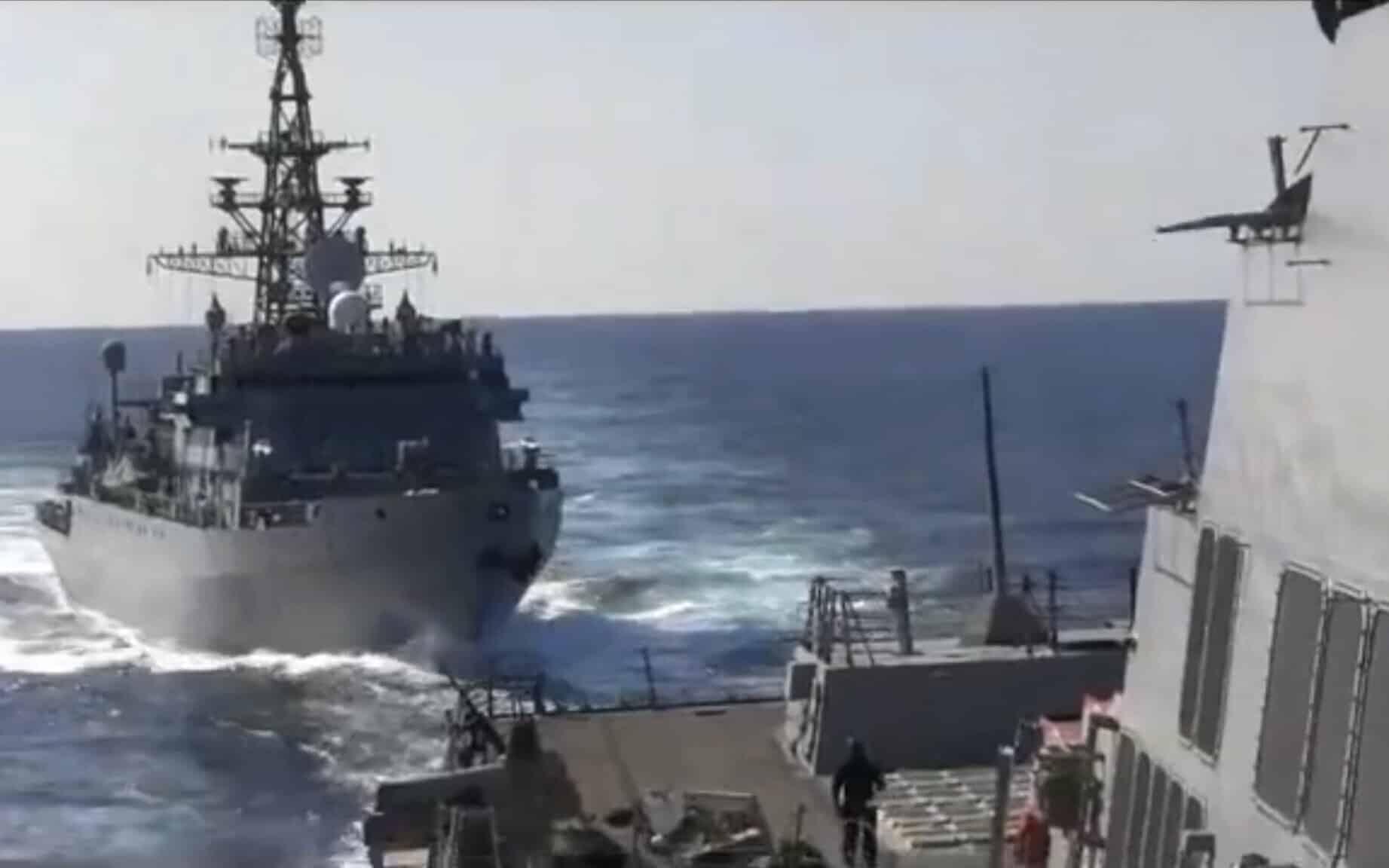 Опасный маневр российского судна в Аравийском море фото