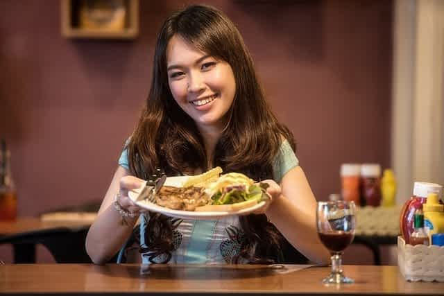 женщина с тарелкой еды фото