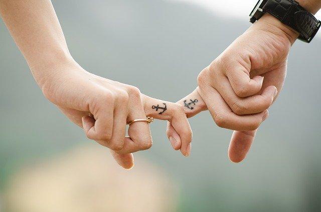 пара руки влюбленные