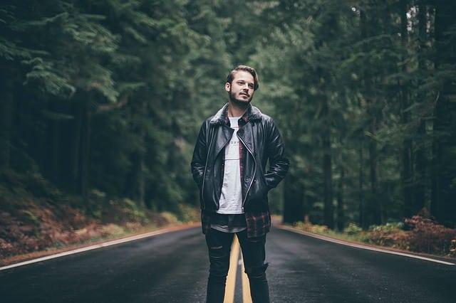 мужчина посреди дороги фото