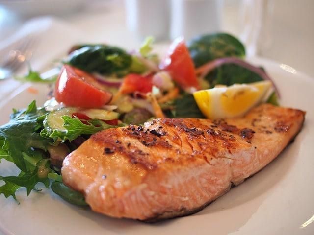кусок красной рыбы на тарелке фото