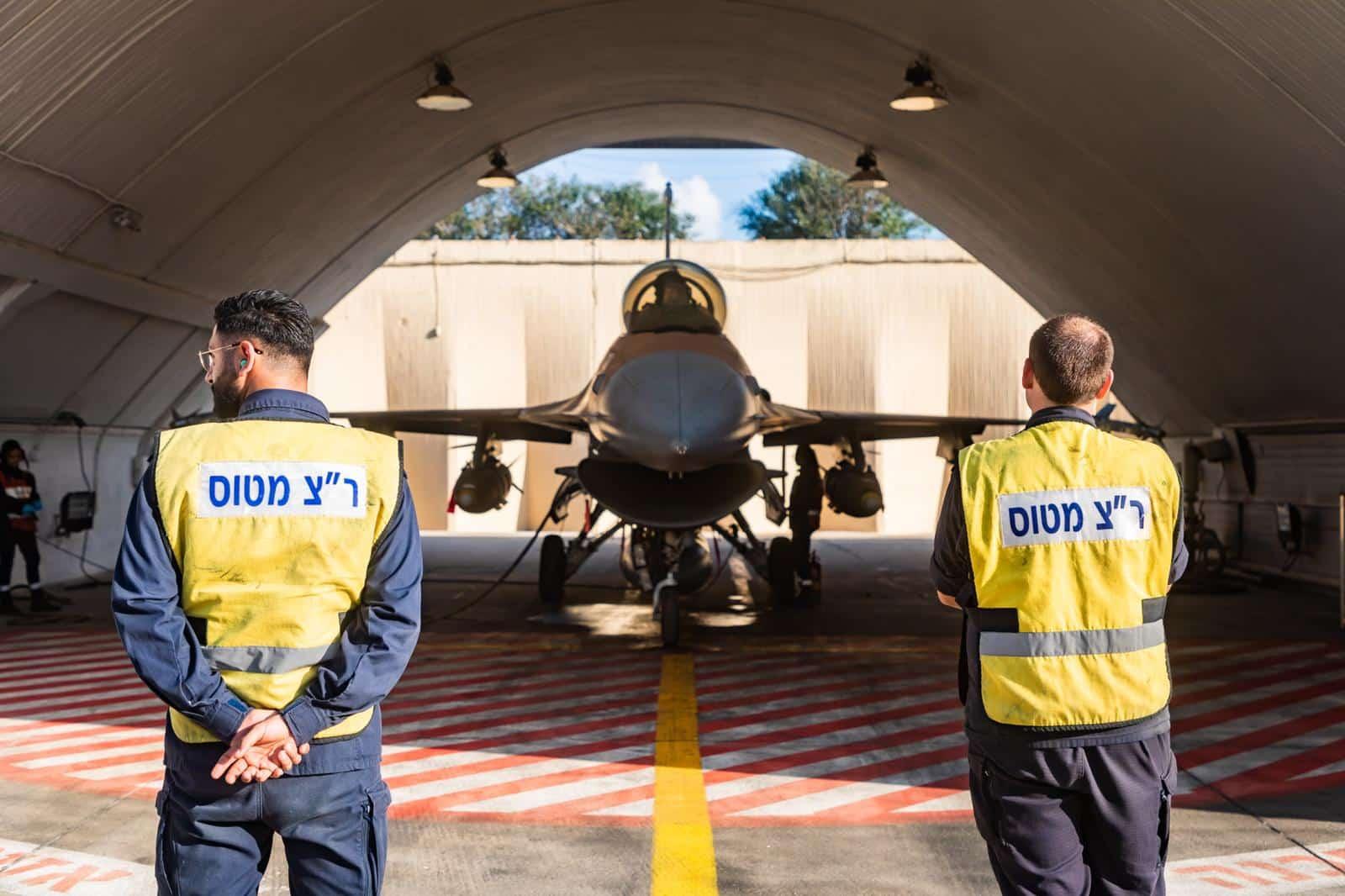 Истребитель F-16, пострадавший в результате затопления фото