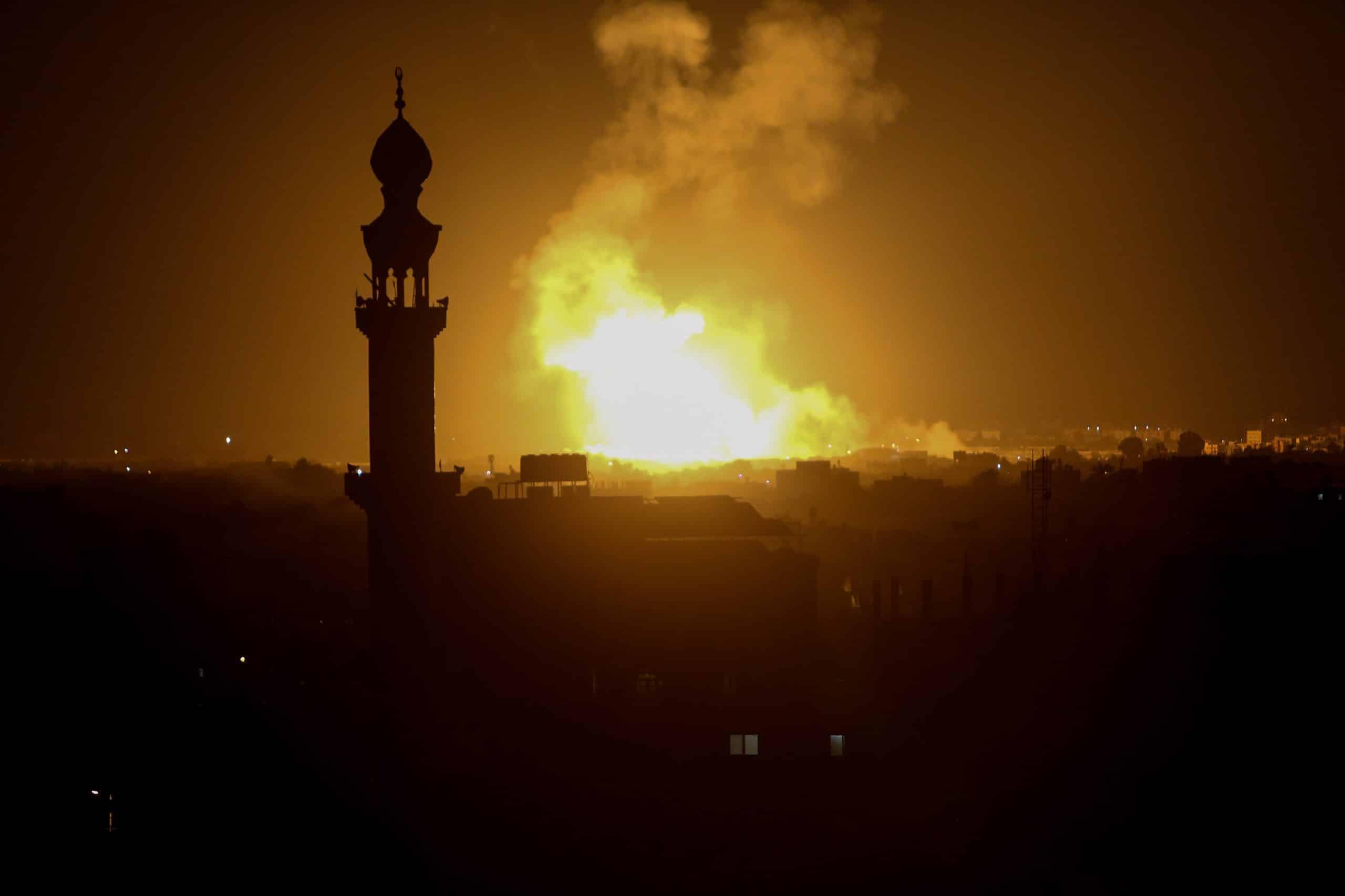 .Авиаудары в Рафахе в южной части сектора Газа фото