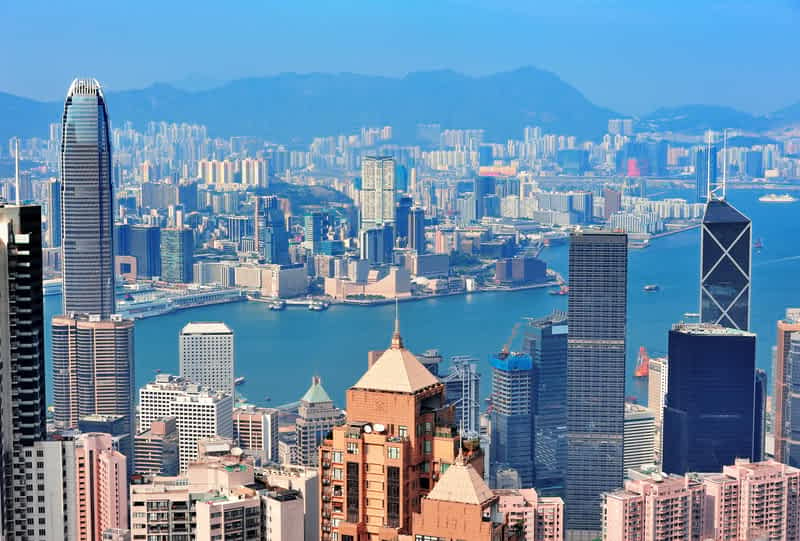 Мужчина на инвалидной коляске забрался на 250-метровый небоскреб в Гонконге (ВИДЕО)