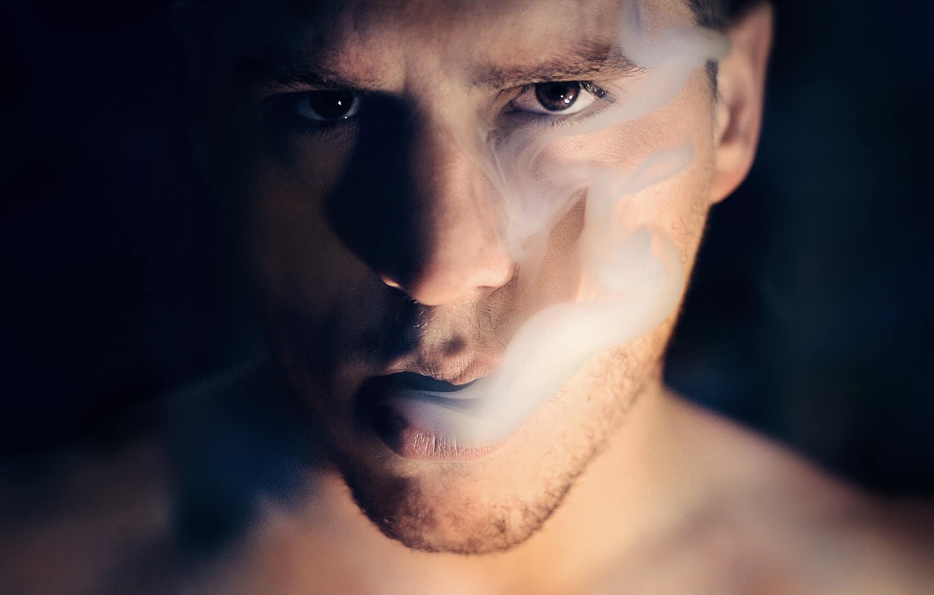 парень курит фото