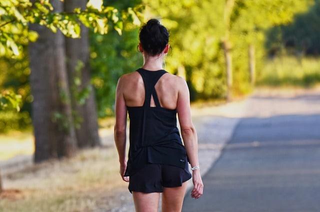 женщина на пробежке утро фото