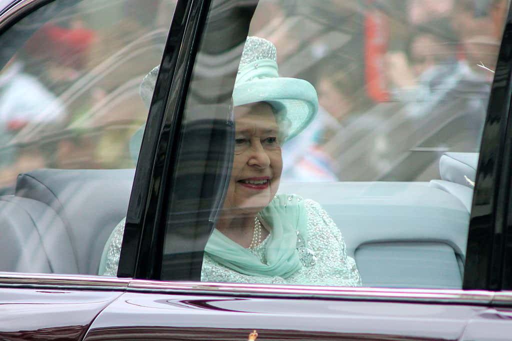 Королева Елизавета II в авто фото