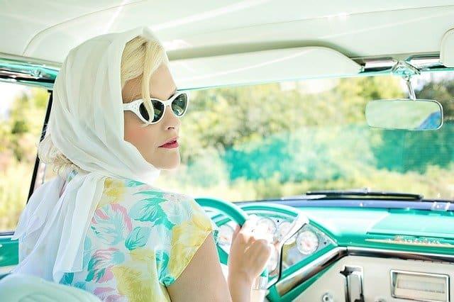 Автомобиль женщина за рулем иллюстрация