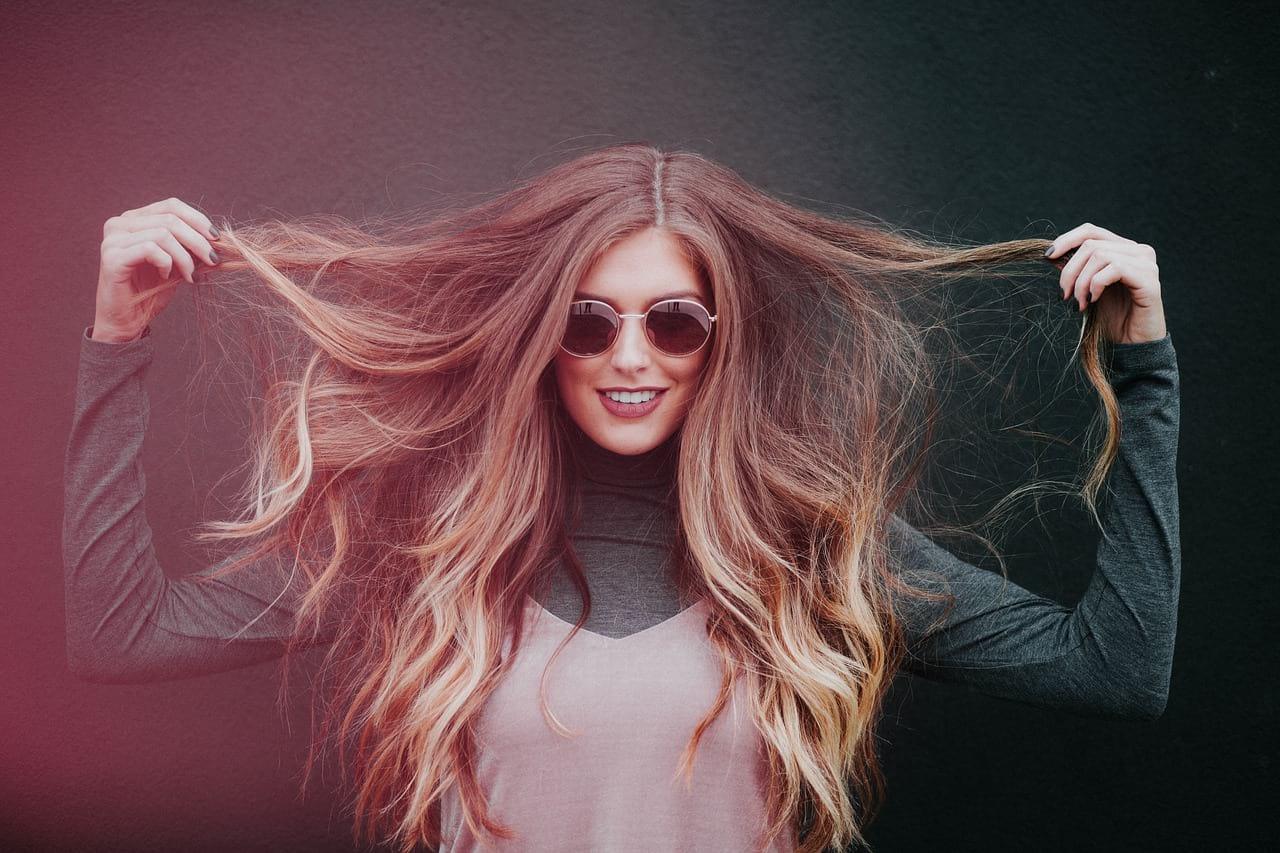 Девушка с длинными волосами фото