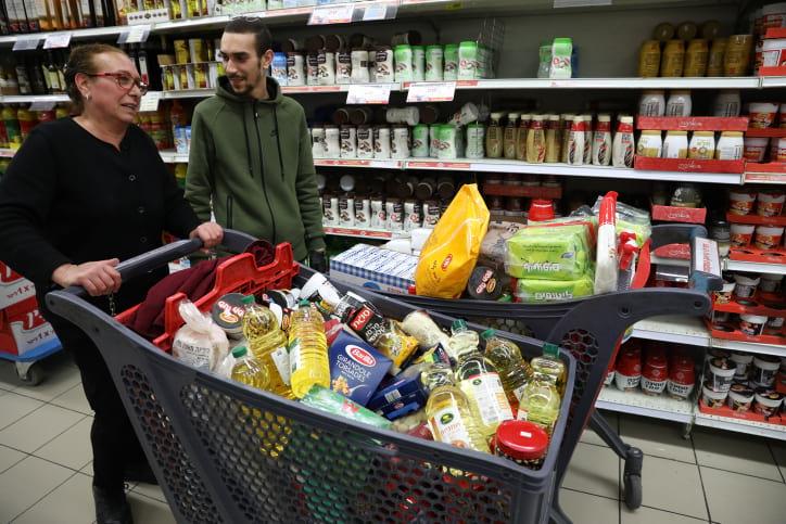 Покупатели в одном из супермаркетов Иерусалима фото