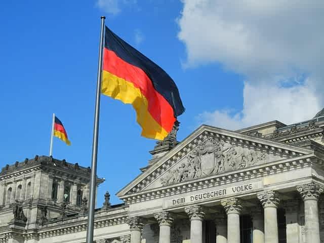 Флаг Германии над рейхстагом фото
