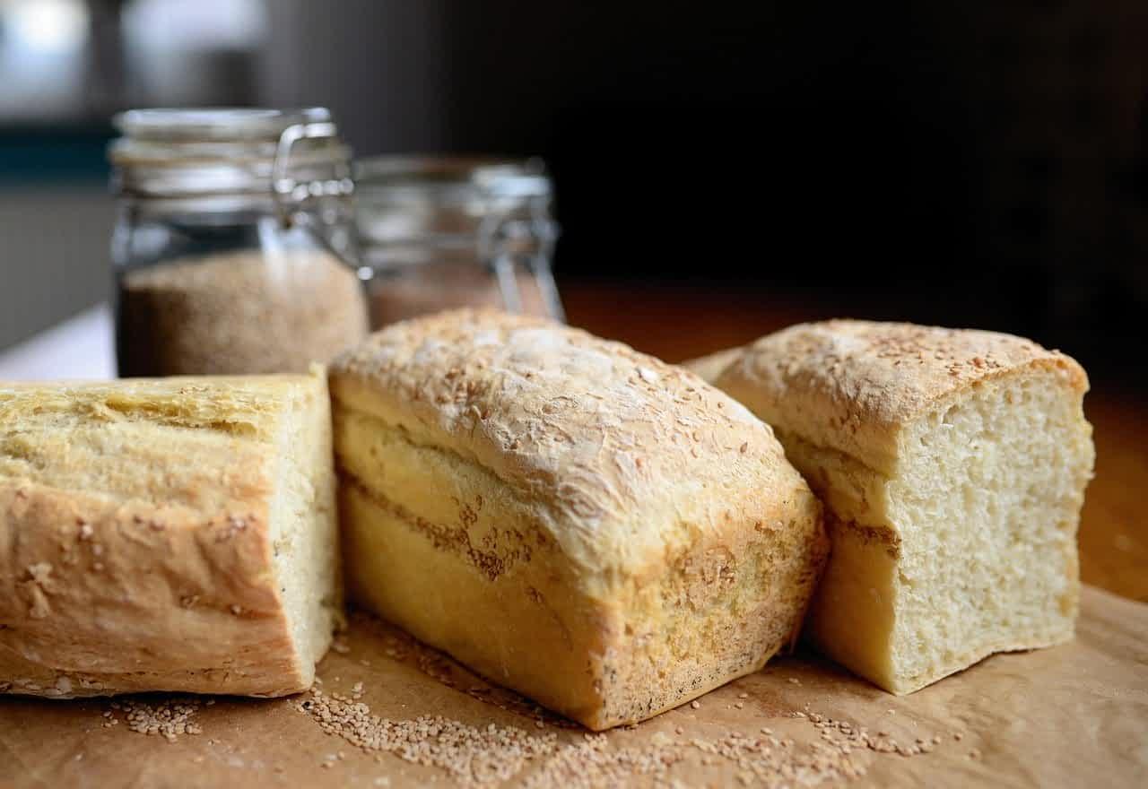 хлеб кирпичик на столе несколько фото