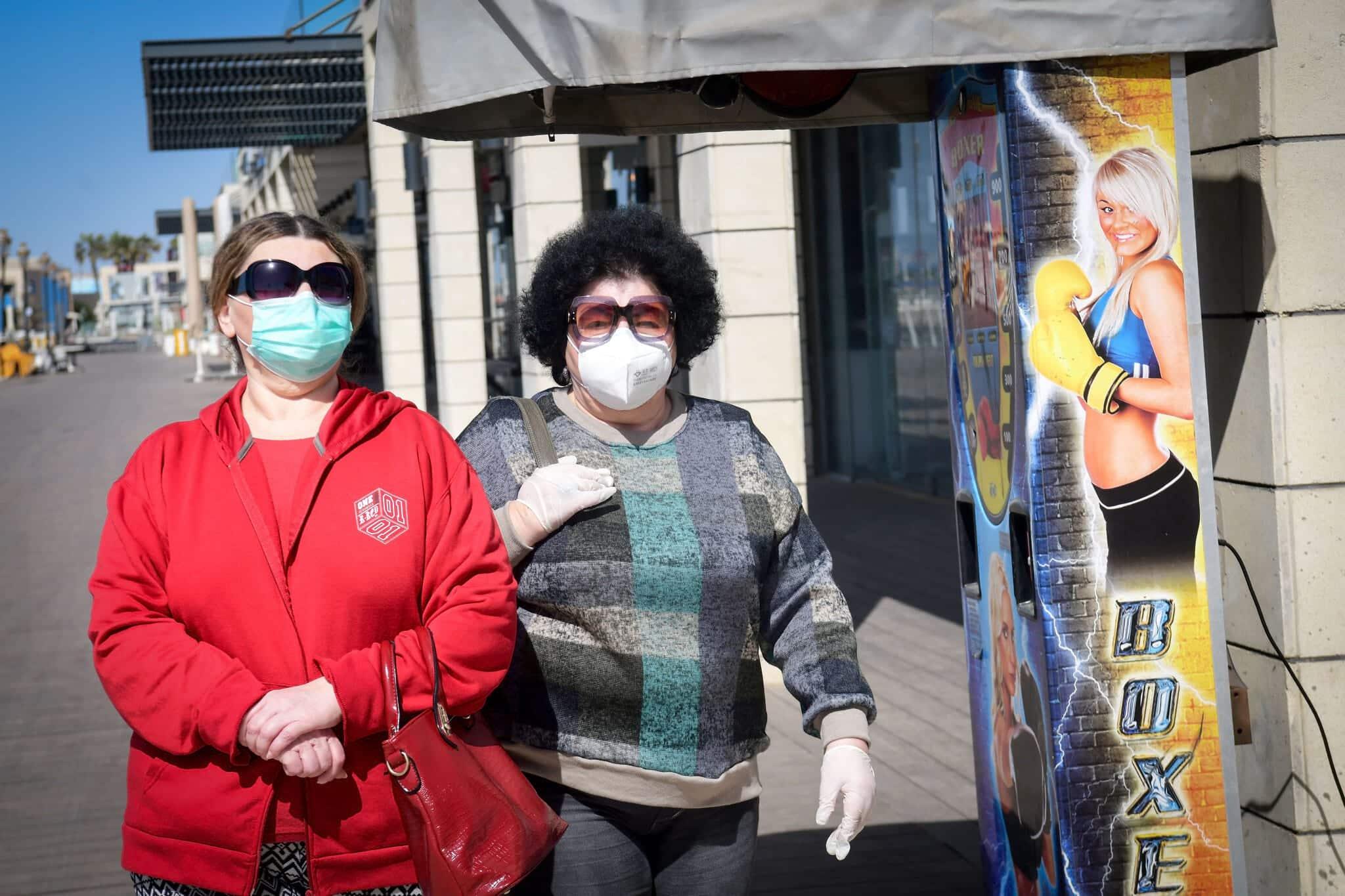 защитные маски пандемия фото