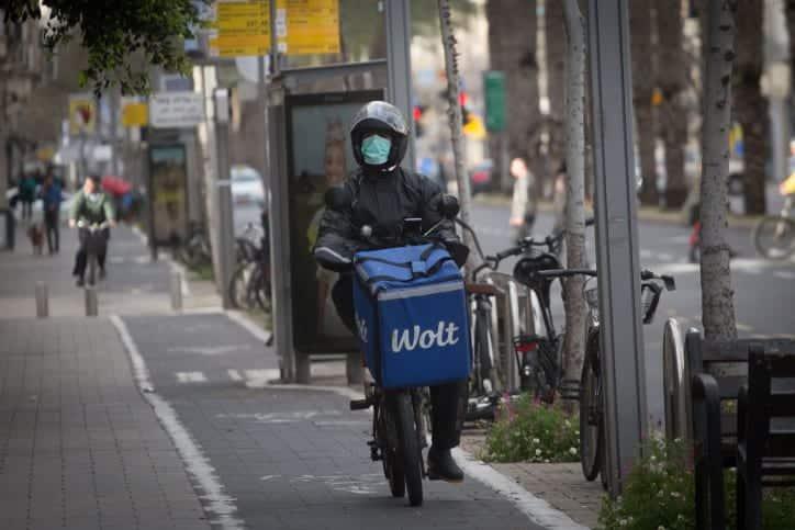 Izrailtyanin v zashhitnoj maske edet po Tel Avivu