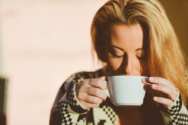 Женщина пьет кофе фото