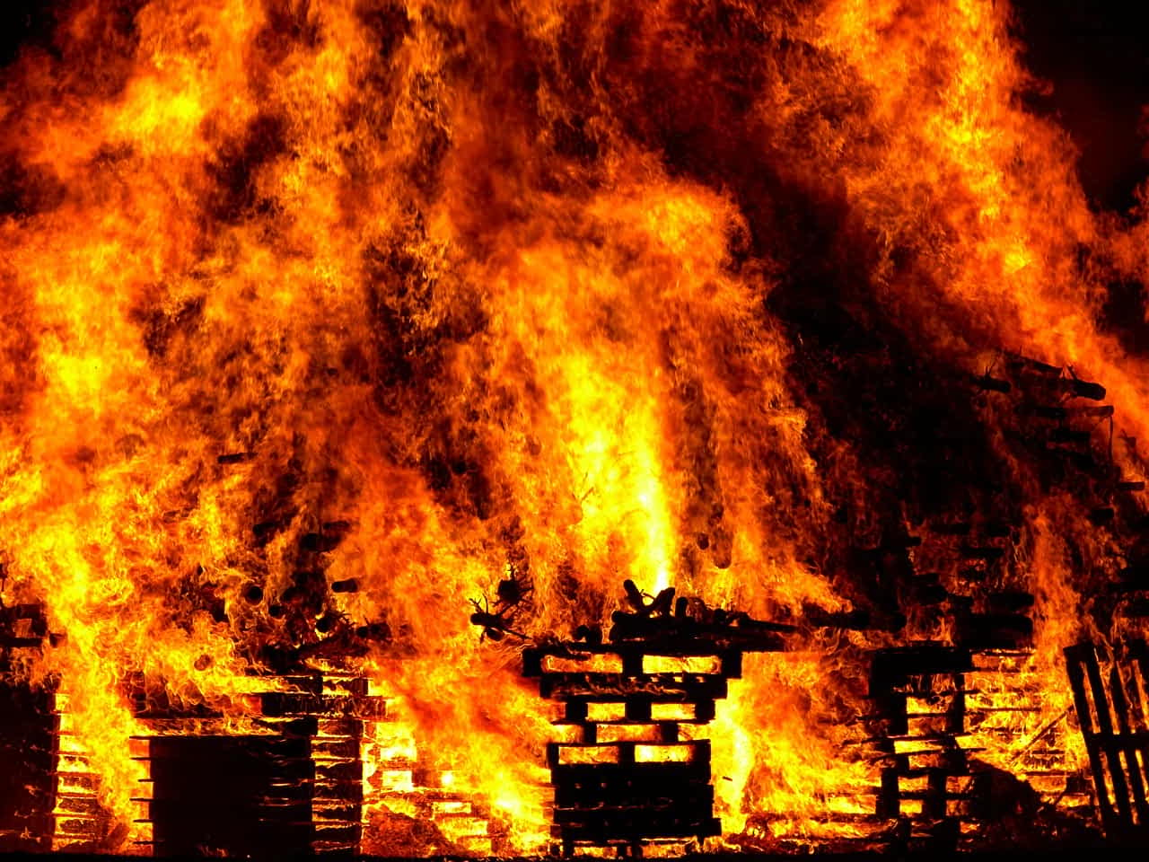 В пригороде Брюсселя вспыхнул масштабный пожар (ВИДЕО)