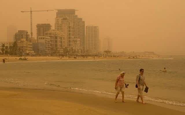 Pylevaya burya obrushilas na plyazh v Tel Avive