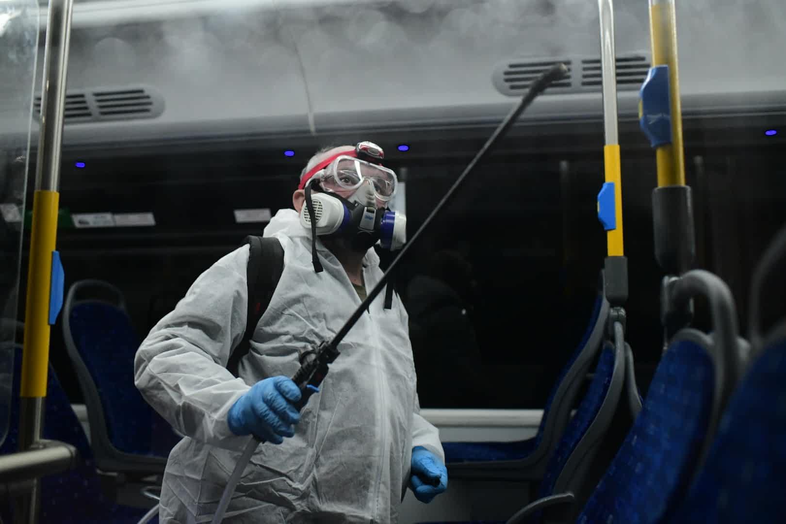 Рабочие дезинфецируют автобус в Тель-Авиве фото