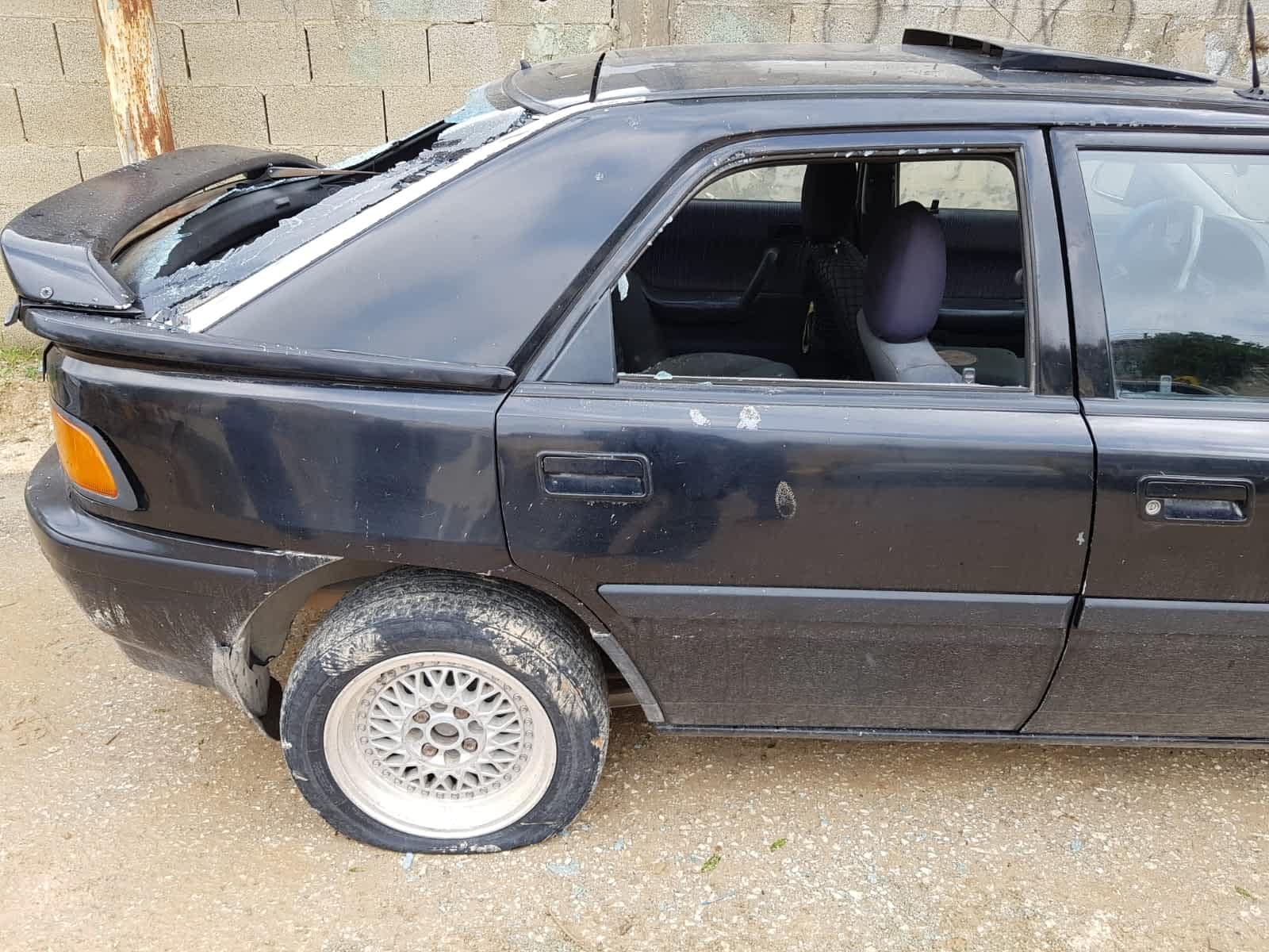 Razbityj avtomobil v derevne Havara