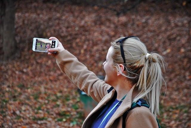 девушка селфи смартфон фото