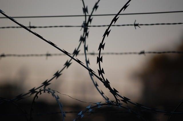 Тюрьма колючая проволока иллюстрация