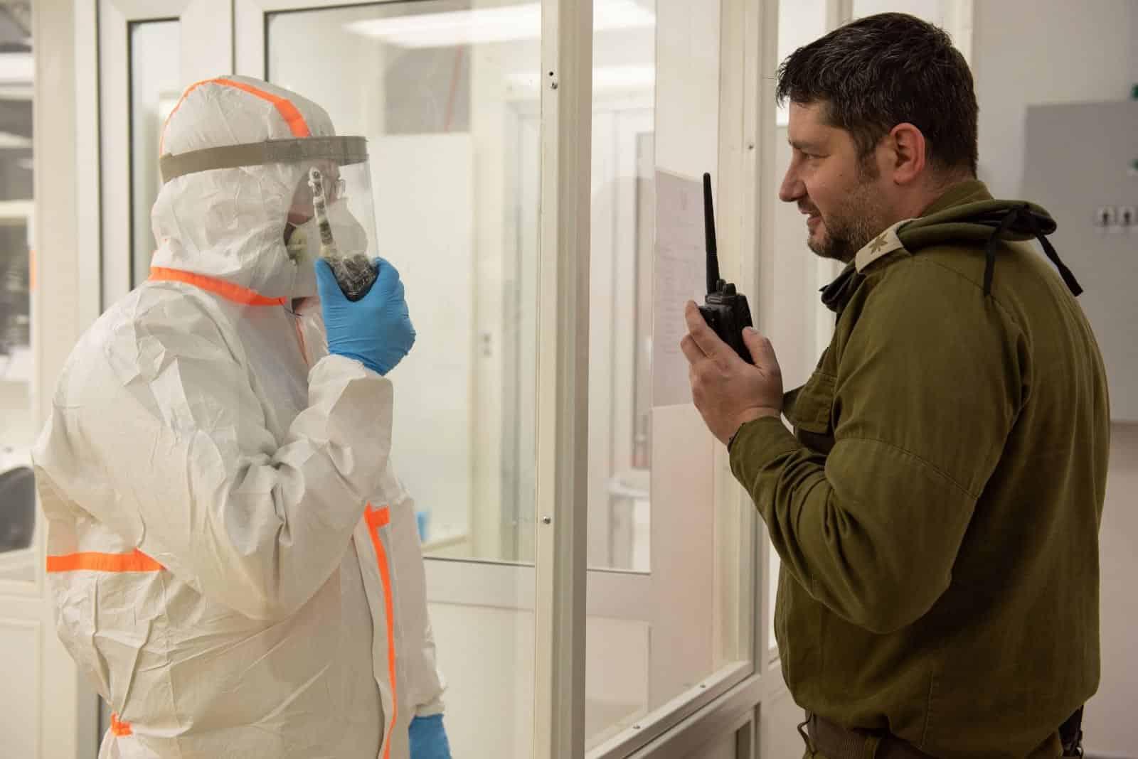 Военный ЦАХАЛа и сотрудник одной из израильских лабораторий фото