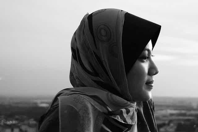 Женщина в хиджабе ч/б фото
