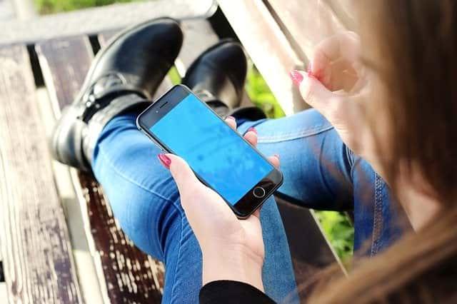 Смартфон в руках фото