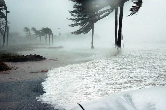 шторм берег фото