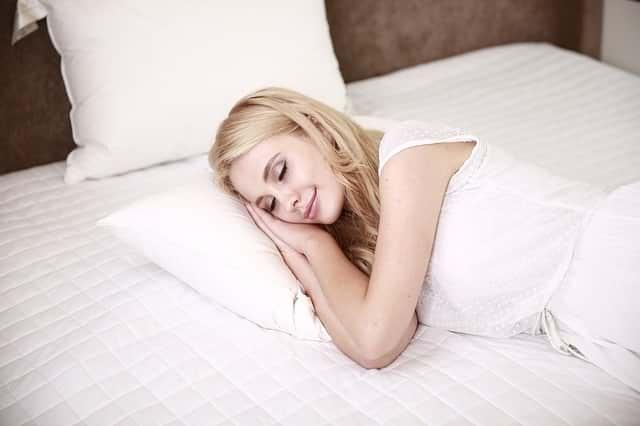 Кровать девушка сон фото