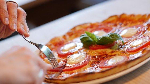 пицца на тарелке фото
