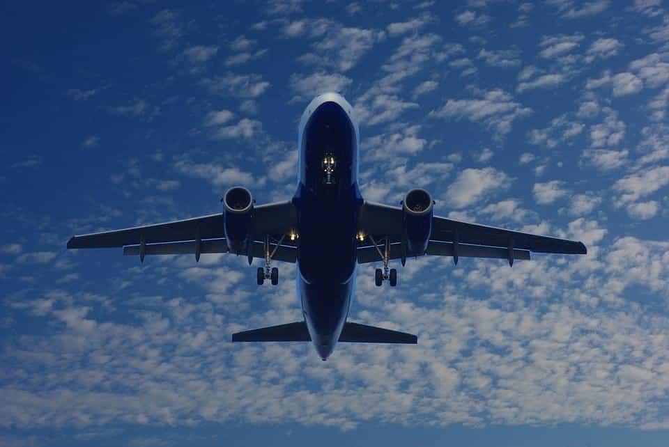 самолет в небе фото
