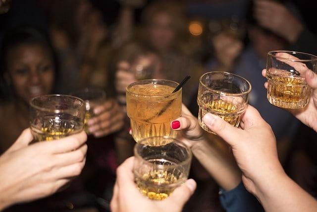 компания с алкогольными напитками фото