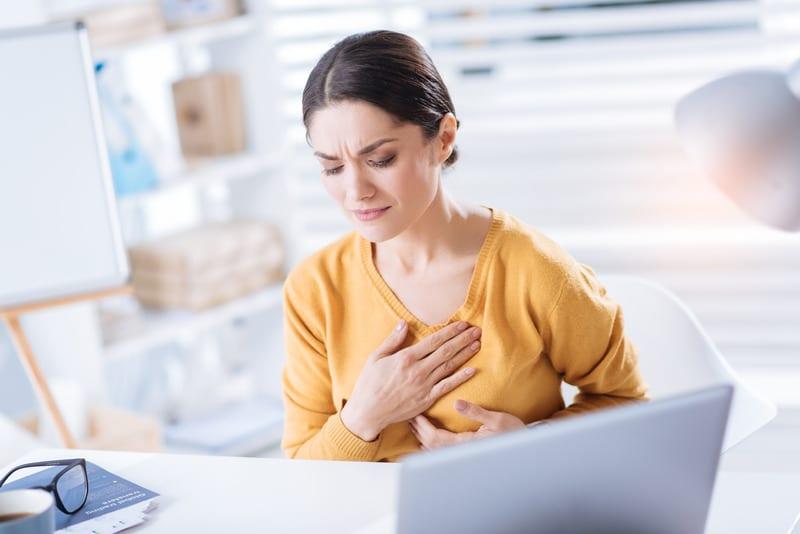женщина держится за сердце фото