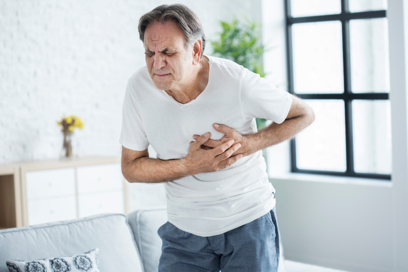 мужчина схватился за сердце приступ фото