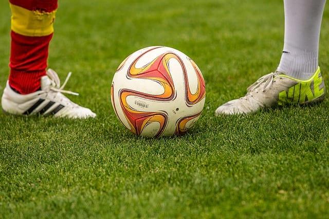 мяч на футбольном поле фото