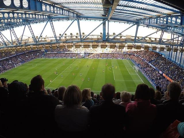 Футбольное поле и зрители фото