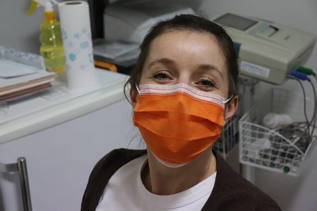защитная маска девушка картинка