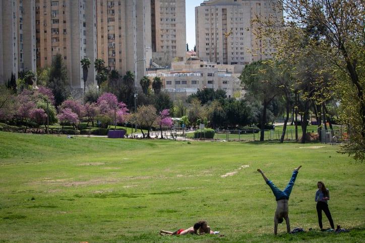 Израильская молодежь в одном из парков Иерусалима фото