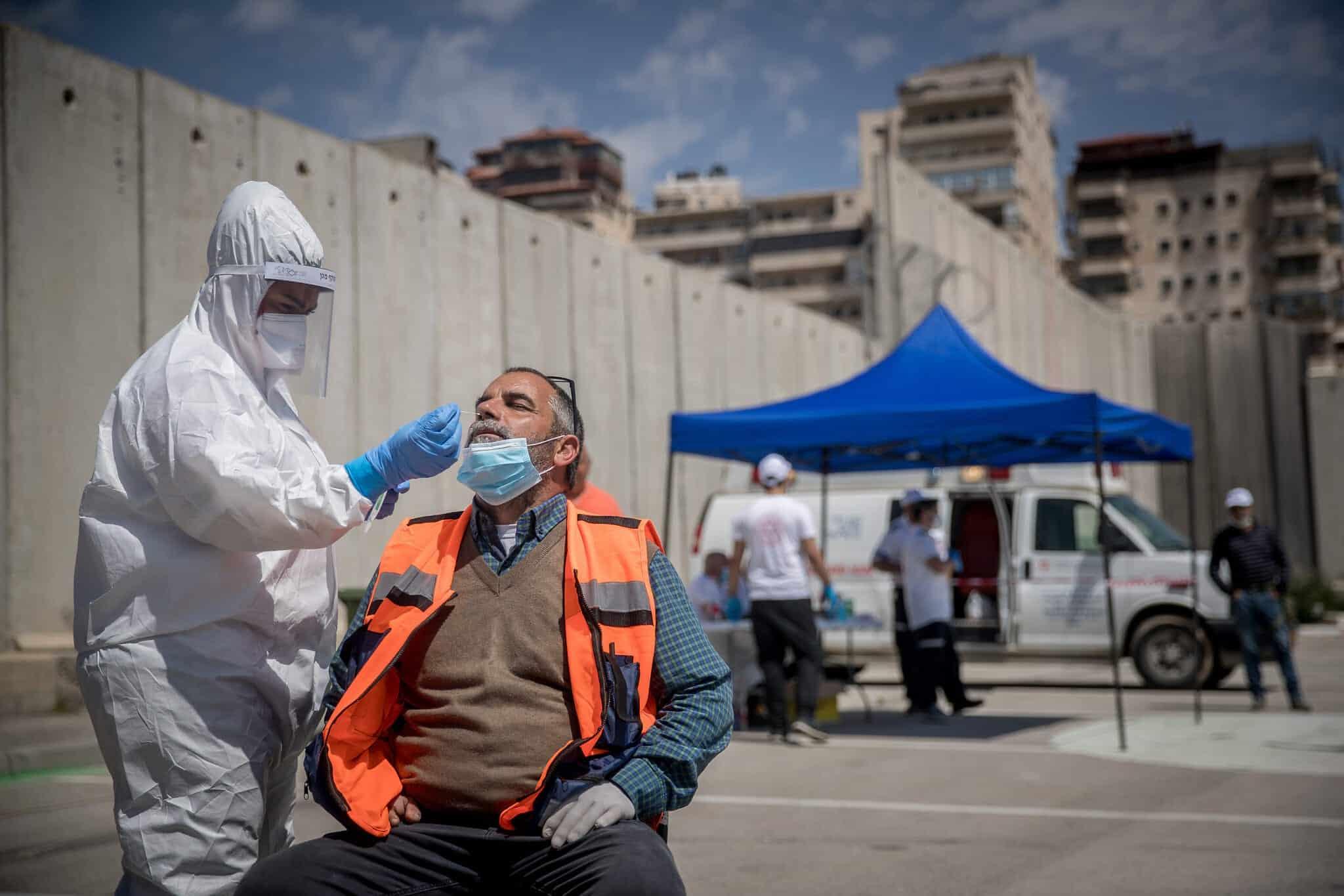 Израильские медики берут анализы для тестов на COVID-19 фото