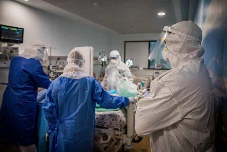 Izrailskie mediki lechat patsienta s COVID 19 v Bnej Brake
