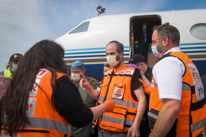 Izrailtyane pribyvayushhie v aeroport Ben Gurion