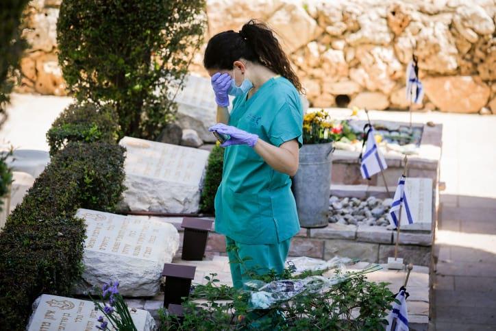 Израильтянка на могиле родственников в День памяти фото