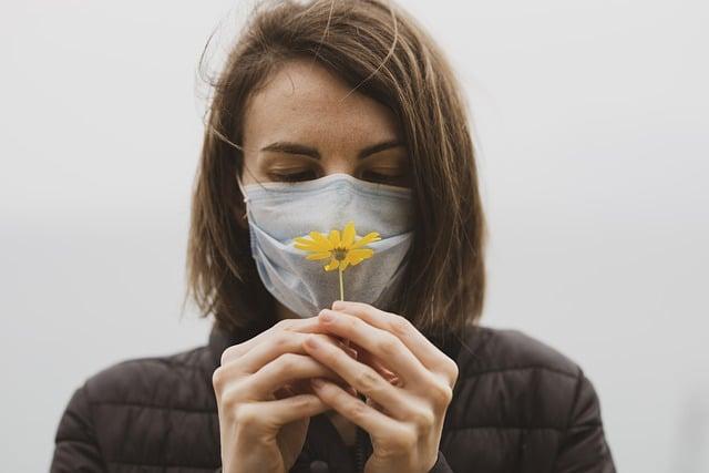 девушка в маске обоняние фото