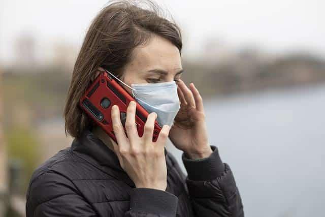 Коронавирус девушка в маске с телефоном фото