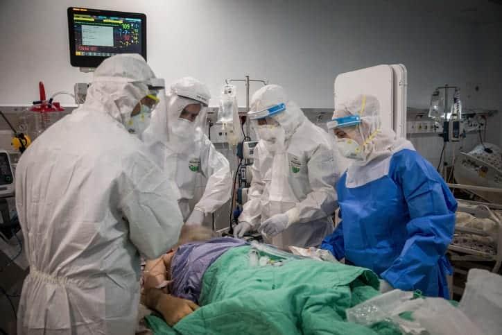 Медики лечат пациента COVID-19 фото