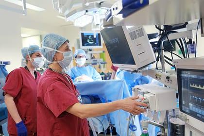 Медики подключают больного к аппарату ИВЛ фото