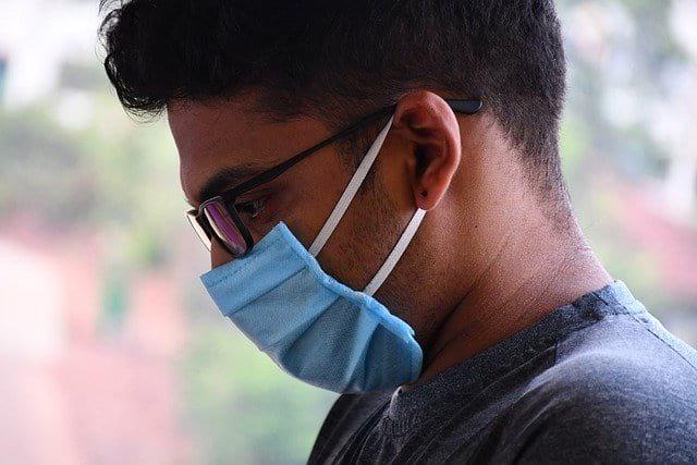 мужчина в маске фото