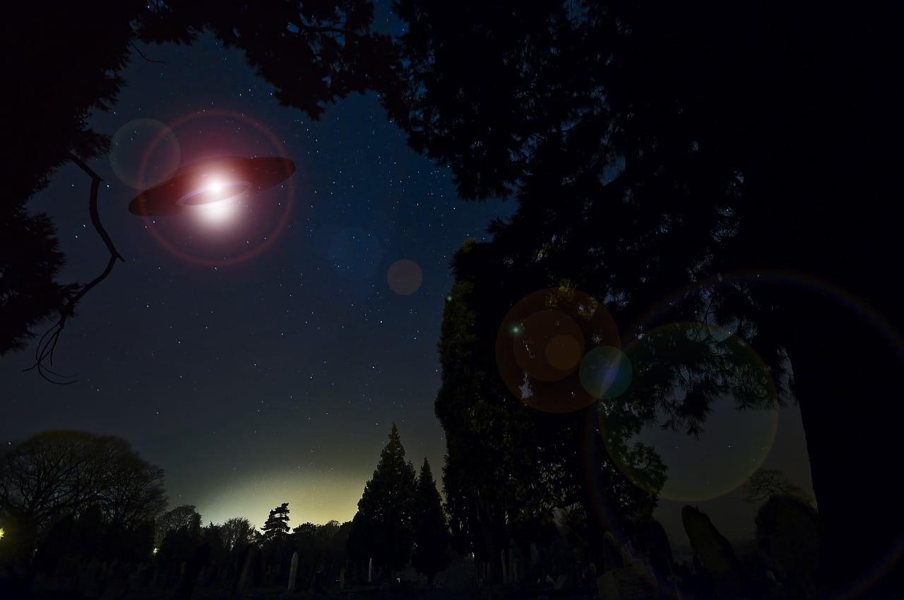 НЛО в ночном небе картинка